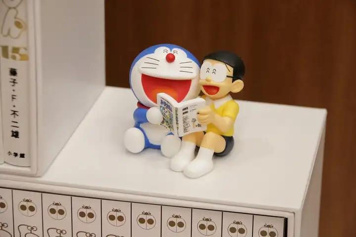 任意門書櫃、100 年後也邊讀漫畫邊大笑的哆啦A夢&大雄!小學館《哆啦A夢》100 年永久保存版(100年ドラえもん)全45冊