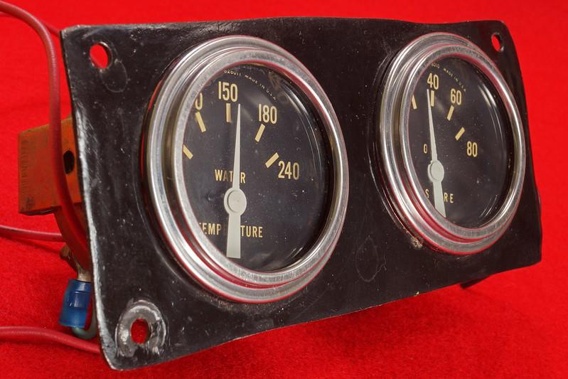 RD29349 Vintage Stewart Warner Water Temp 828011 & Oil Pressure 828010 Gauges DSC02363