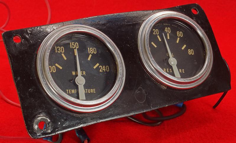 RD29349 Vintage Stewart Warner Water Temp 828011 & Oil Pressure 828010 Gauges DSC02365