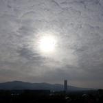 5. Aprill 2020 - 8:26 - Il sole cerca di farsi vedere attraverso una coperta di nuvole. Dalla mia finestra. Torino, Italia