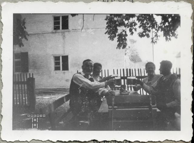 ArchivTappenW16 Freizeitstimmung am Gartentisch, 1930er