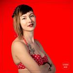 Photographe modèle sur fond rouge en studio photo à Saint Maur des Fossés