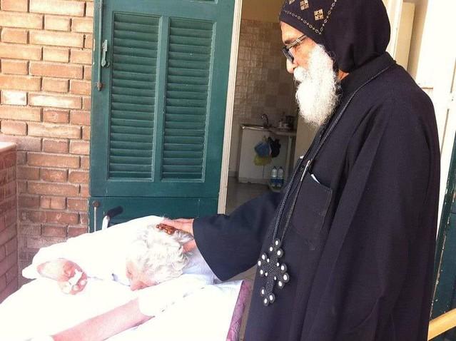 القمص أنسطاسي الصموئيلي يبارك الأم أمال الكاتدرائية  - تصوير الأستاذ مينا فؤاد
