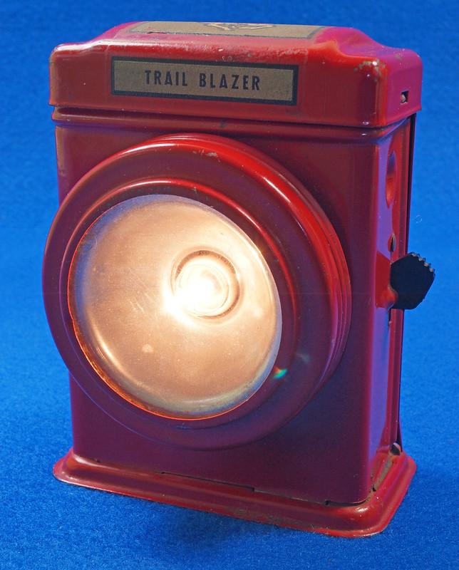 RD28417 Vintage 1933 Niagara 2 Cell Red Trail Blazer Mini Lantern Horse Rider Decal DSC02404