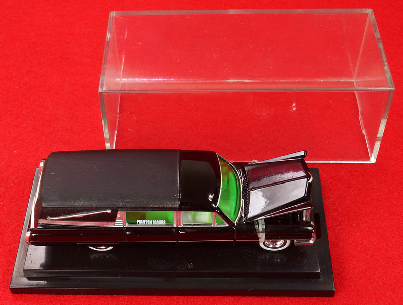 RD28093 Hot Wheels Undertaker 1963 Cadillac Hearse Phantom Coaches 1-64 Scale Limited Edition Encased DSC02379