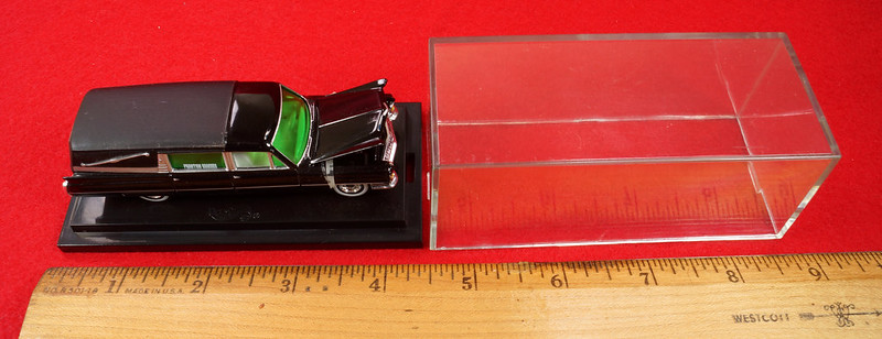 RD28093 Hot Wheels Undertaker 1963 Cadillac Hearse Phantom Coaches 1-64 Scale Limited Edition Encased DSC02378