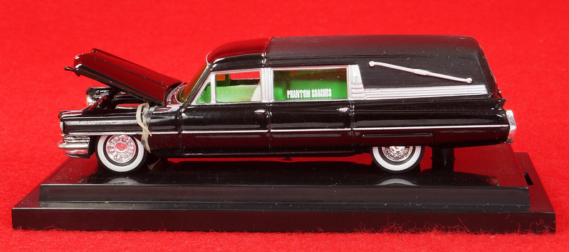 RD28093 Hot Wheels Undertaker 1963 Cadillac Hearse Phantom Coaches 1-64 Scale Limited Edition Encased DSC02382