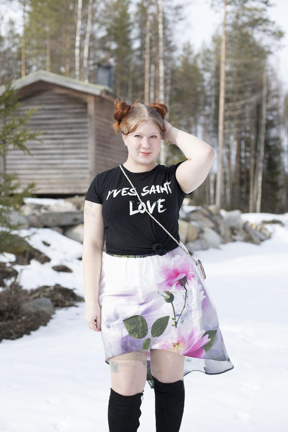 Asu-kukkahameella-ja-Femme-Luxe-paidalla