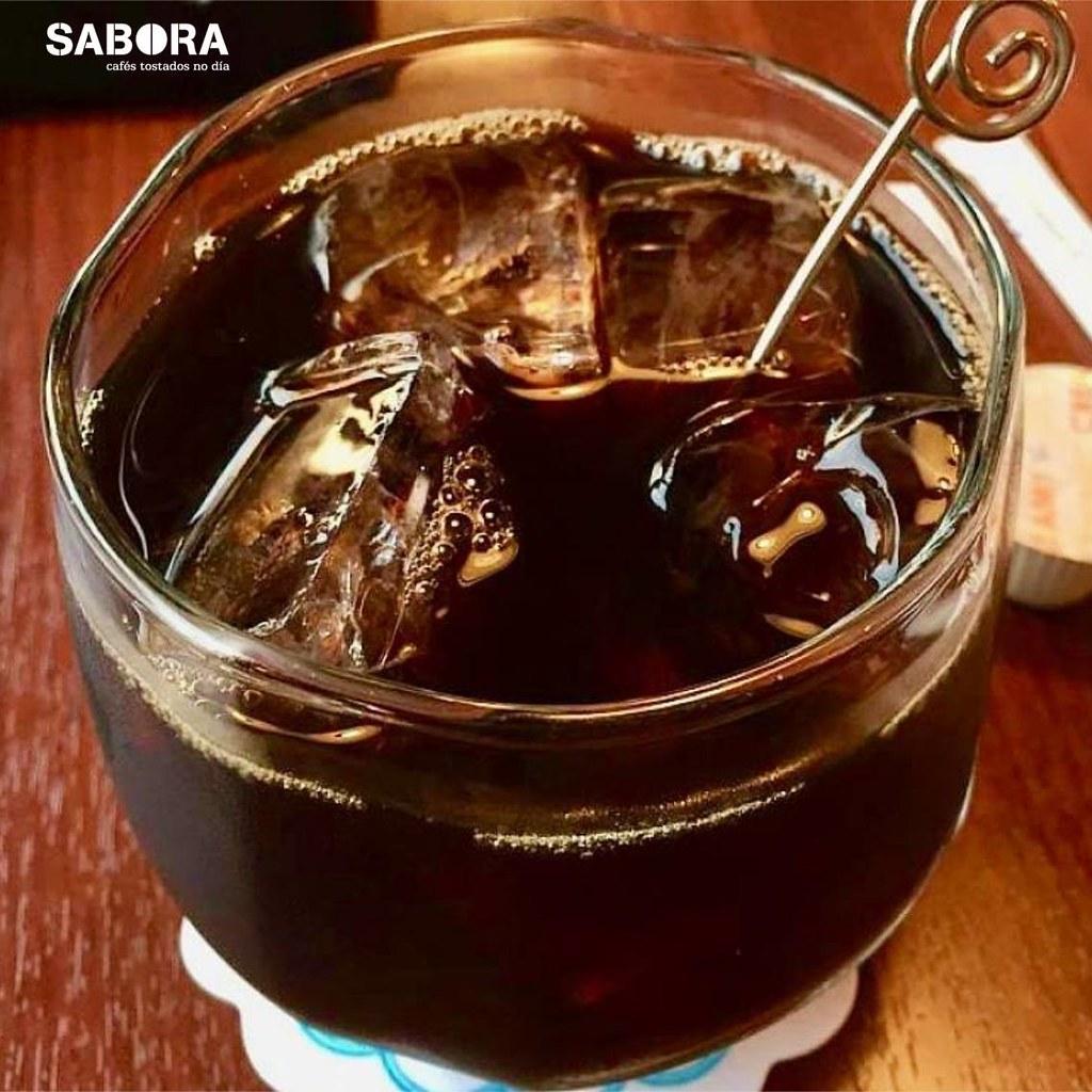 Un café con hielo listo para tomar