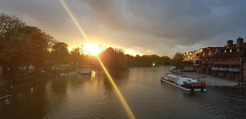 windsor unitedkingdom united kingdom sunset thames river sunsetonthethamesriver sunsets rivers sun sunlight water