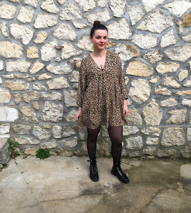 Look robe léopard coupe babydoll et bottines à lacets