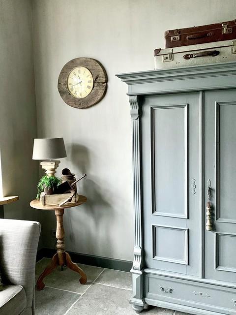 Groene kast oude koffers wijntafel lamp