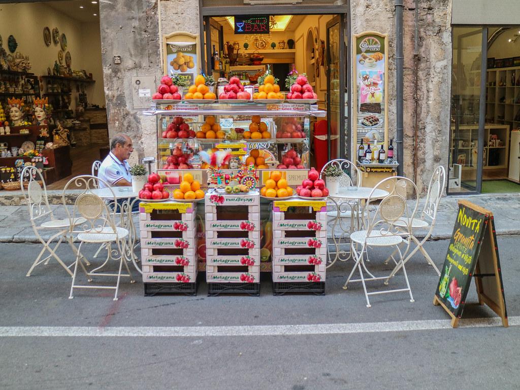 Puesto de venta de zumo de naranja en la ciudad de Palermo