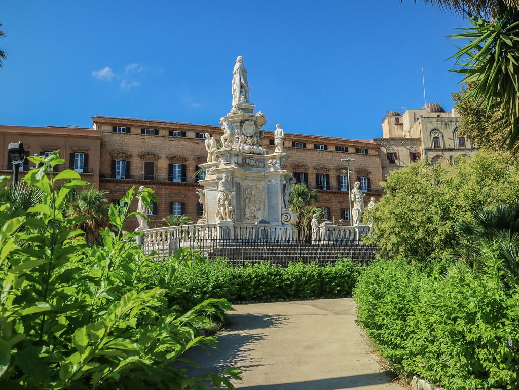 Monumento Teatro marmoreo se encuentra situada en la Plaza del Parlamento en Palermo
