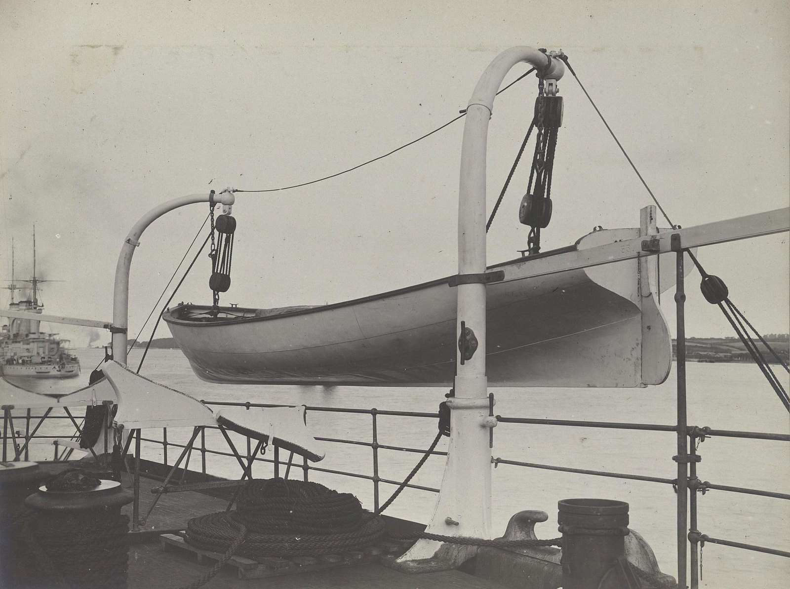 21. Шлюпка на борту корабля. 1901-1902 гг.