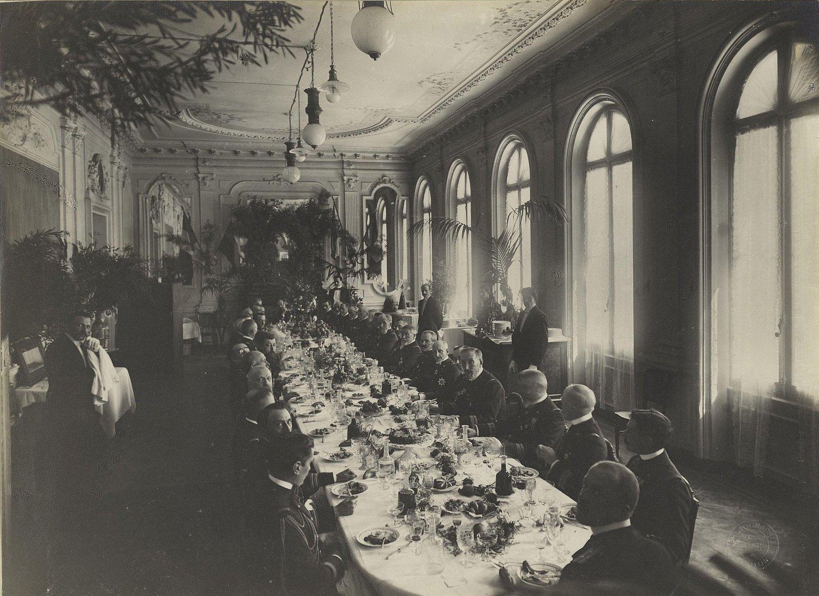 17. Морские офицеры за праздничным столом. Bar Marius. 1901-1902 гг.