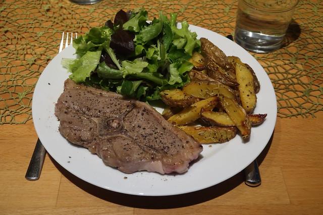 Lammkotelett mit Rosmarinkartoffelecken und Blattsalat (mein Teller)