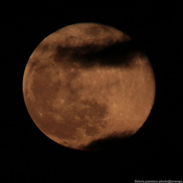 Lune cache-cache avec les nuages