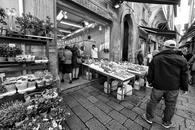 """Bologna (Italy) - Il """"quadrilatero"""" - Via Drapperie prima del Coronavirus..."""