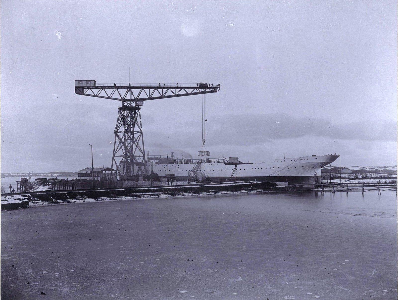 34. Погрузка груза на учебное судно «Океан». 1902 г.