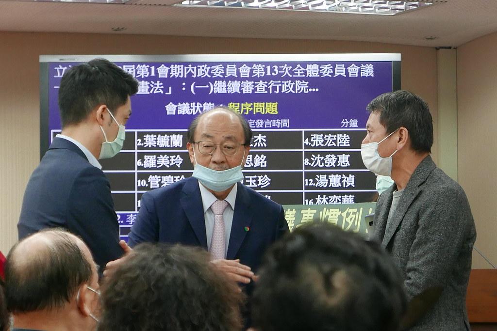 國民黨與民進黨協商後決議,9日換國民黨召委主持再議,並一定要出委員會。鄒敏惠攝。