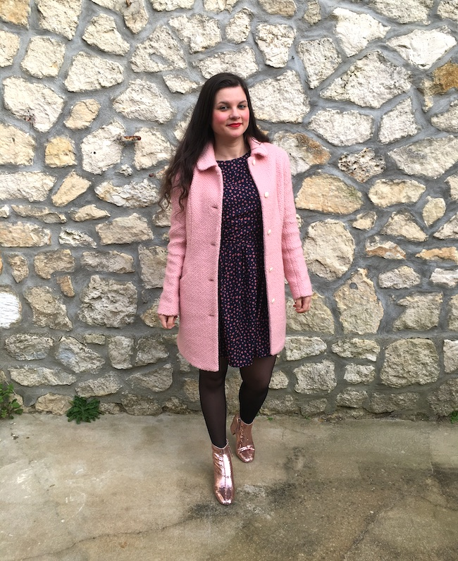 Look manteau rose, robe bleu marine et bottines roses à paillettes