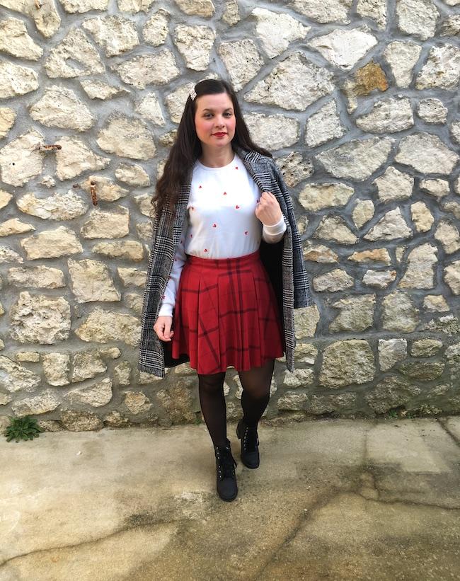Look manteau imprimé prince-de-galles, sweat blanc et jupe écossaise