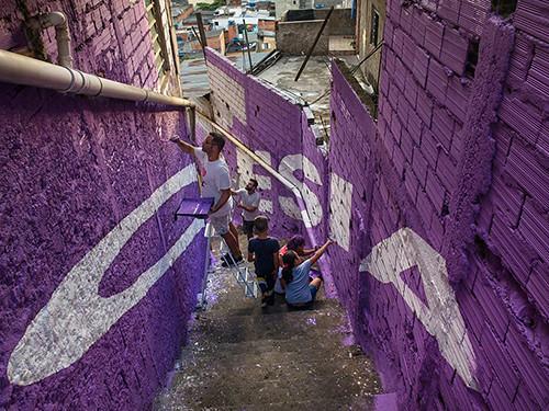 boa-mistura-luz-nas-vielas-favela-designboom-011