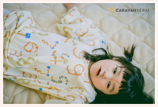 寝転がる5歳の女の子