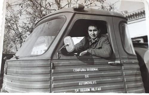 L'Antoni Vendrell Ramon al volant d'un Pegaso Comet militar equipat amb una cisterna