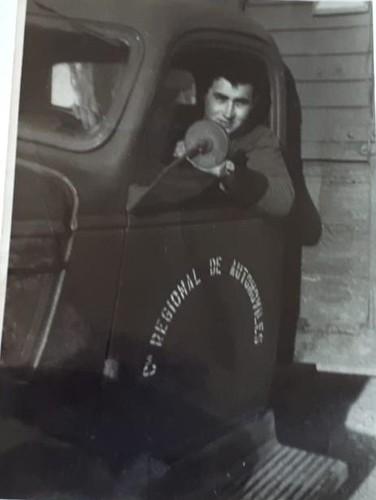 l'Antoni Vendrell Ramon al volant d'un Chevrolet militar