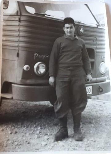 L'Antoni Vendrell Ramon davant d'un Pegaso Comet militar