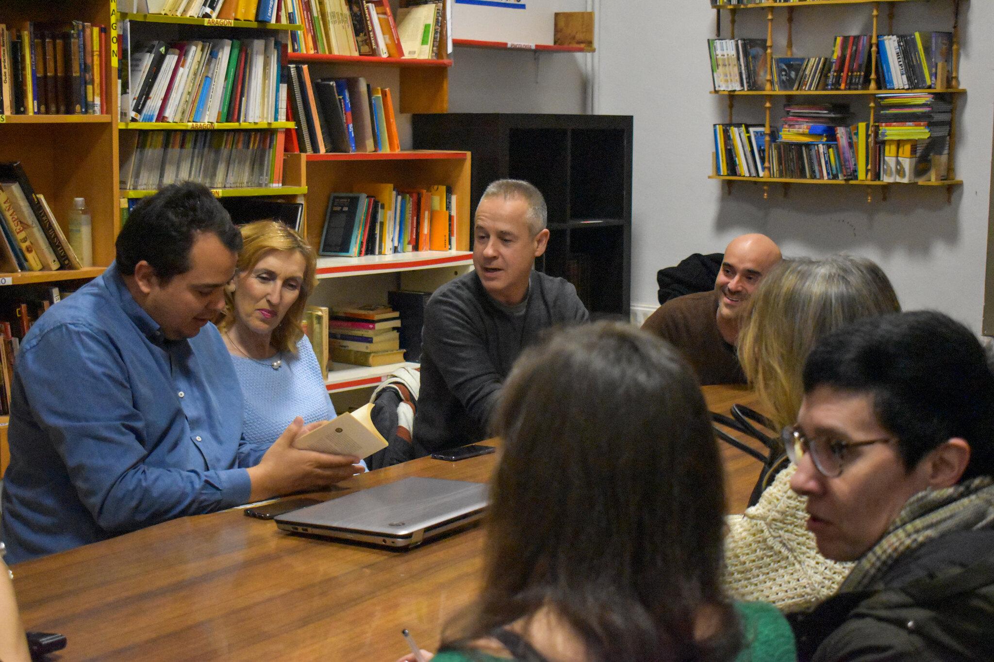 Algunos miembros de la asociación Austen y Bronte en su club de lectura. Fotografía: Madalina Panti