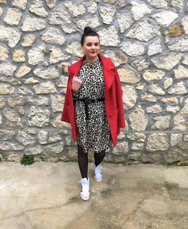 Look manteau rouge, robe léopard et baskets Adidas