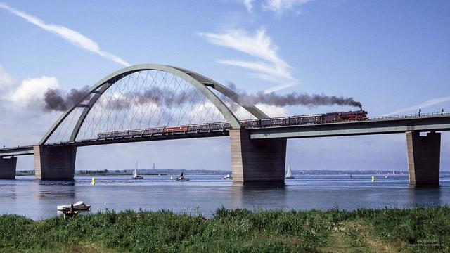 Mit Dampf über die Fehmarnsundbrücke