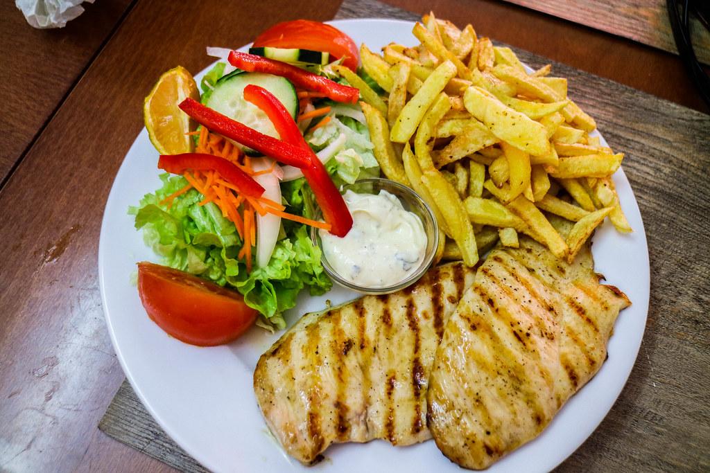 En gastronomía de São Miguel el pollo o frango es uno de los platos más típicos de la carta
