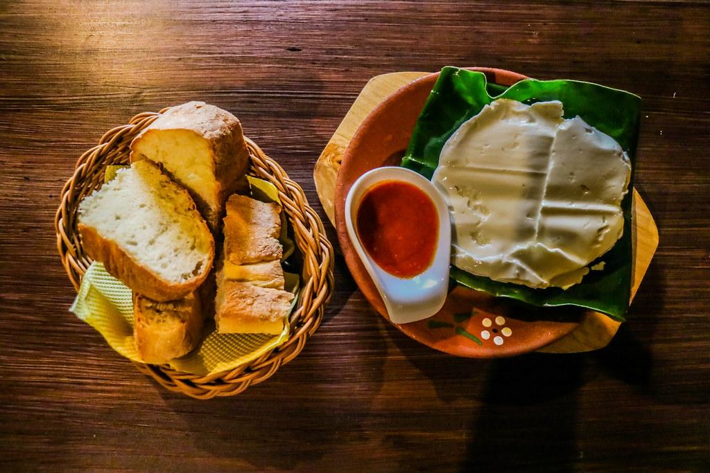 Queso fresco con salsa de pimienta roja es uno de los entrantes típicos de São Miguel