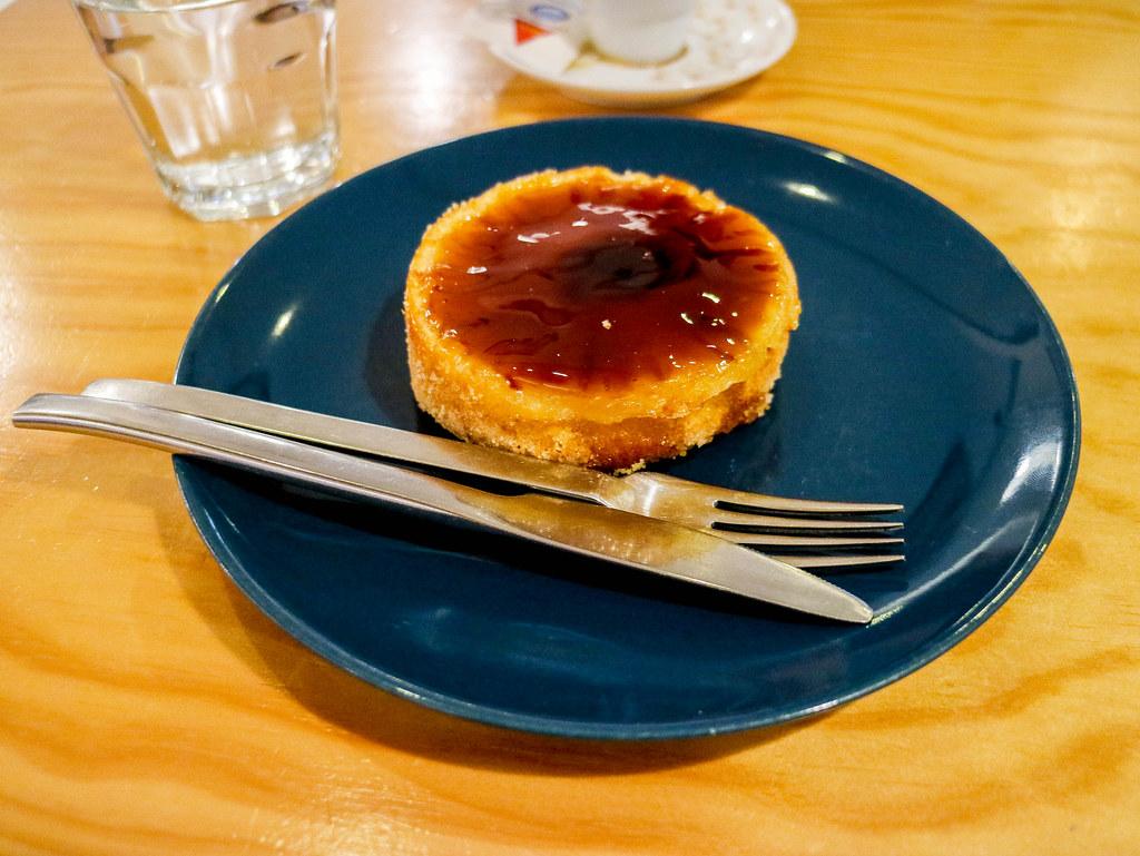 Dulce realizado con piñas de las Azores bañado en caramelo