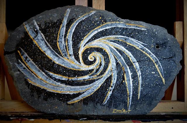 Adexhya, acrylique et encre de chine sur tuile de schiste 26 x 16 cm.