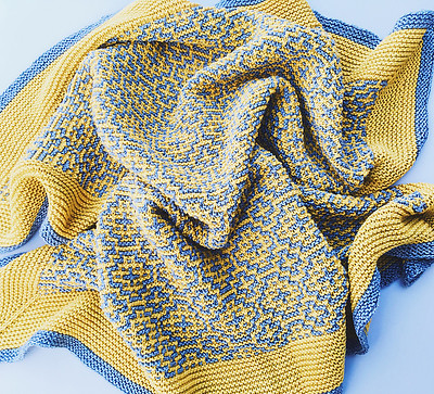 Such a pretty colour palette for a baby blanket! This is Camimikek's Solsken by Frances Othen-Wales.