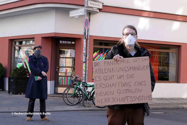 """04.04.2020 Berlin: Verschwörungsideologische """"Hygienedemo"""" auf dem Rosa-Luxemburg-Platz"""