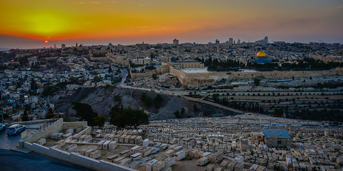 sunset old city viewed from mount olives jerusalem israel view town orange yellow sun cemetery graveyard tombs wall walls ancient israeli יְרוּשָׁלַיִם القُدس jérusalem 耶路撒冷 иерусалим isl il middle east middleeast