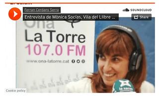 Mònica Socías entrevista Ferran Cerdans Serra a la parada de Llibres Artesans, Vila del Llibre de L'Escala.