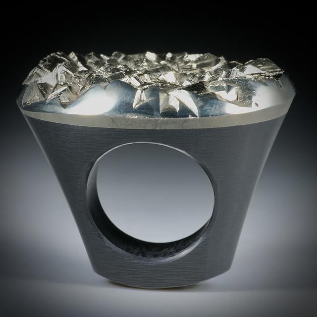 Pyritkristall Tafelring mit Karbonringschiene, ca.41x33x33mm, Innendurchmesser 18.8mm