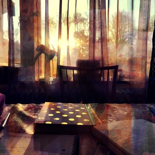 homeoffice quarantäne quarantine corona coronavirus covid19 lockdown hausarrest stayathome bleibzuhause journal schreibtisch desk chair stuhl window fenster pens kugelschreiber writing journalwriting sun sunrise sonne sonnenaufgang morning morgen punkte dots golden goodvibes staysafe staytuned