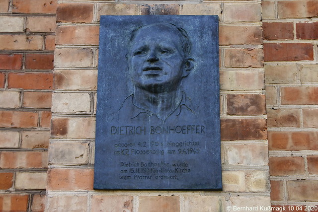 Europa, Deutschland, Berlin, Mitte, Tiergarten, Matthäikirchplatz, Sankt-Matthäus-Kirche, Gedenktafel für Dietrich Bonhoeffer