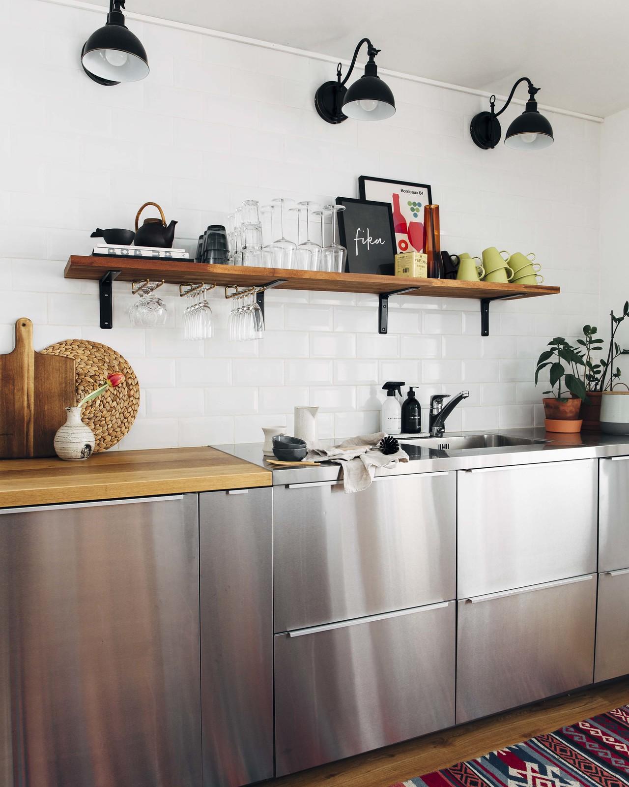 Boheemisti sisustettu skandityylinen yläkaapiton keittiö