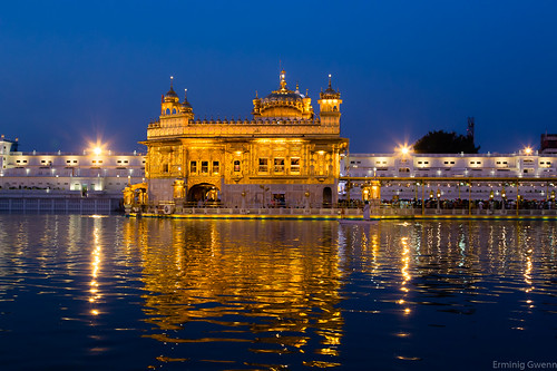 Crépuscule sur le HArmandir Sahib - Le sanctuaire Sikh, de nuit - Amritsar, Pendjab, Inde