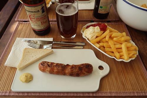 Bratwurst und Pommes mit Bier wie am Osterfeuer (dieses Jahr allerdings auf unserem Balkon)