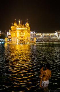 Le bain rituel - Le sanctuaire Sikh, de nuit - Amritsar, Pendjab, Inde